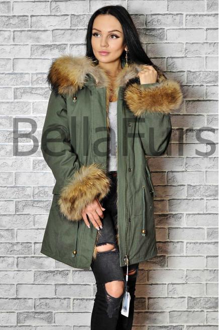 Зимнее пальто с мехом на рукавах