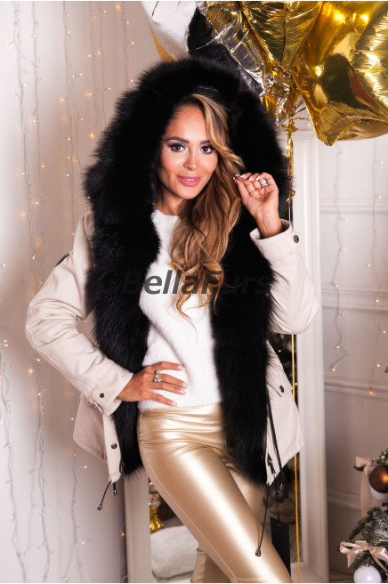 Белое зимнее пальто с меховым воротником