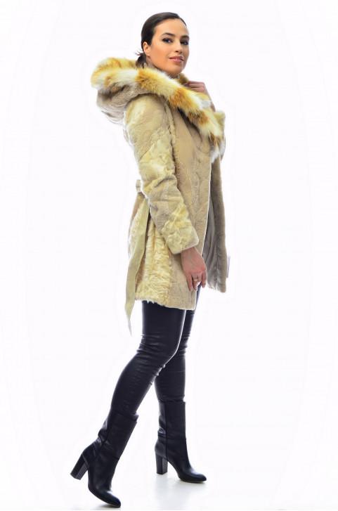 Комбинированная шуба из меха стриженного бобра с капюшоном из меха лисы